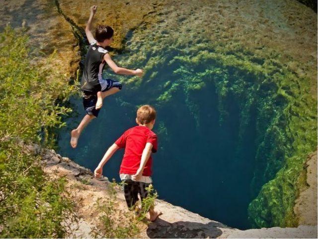 Огромные запасы пресной воды сосредоточены в виде подземных вод. В Австралии...