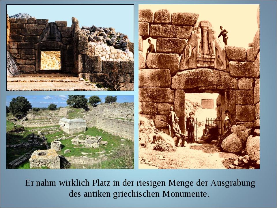 Er nahm wirklich Platz in der riesigen Menge der Ausgrabung des antiken grie...