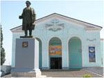 Памятник С. М. Кирову возле Евангелистской церкви в городе Шахтерск
