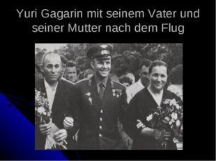 Yuri Gagarin mit seinem Vater und seiner Mutter nach dem Flug