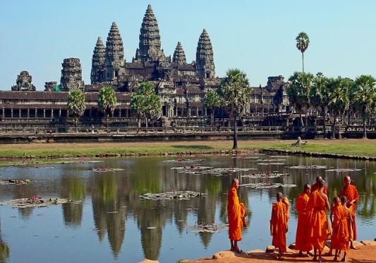 Файл: буддийские монахи в передней части Ангкора Wat.jpg