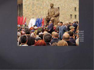 В Махачкале 14 сентября 2010 года открыли памятник Расулу Гамзатову. Бронзов