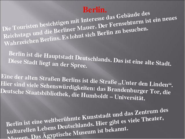 Berlin. Die Touristen besichtigen mit Interesse das Gebäude des Reichstags un...