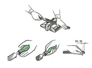 Напильник берут за ручку правой рукой и накладывают на обрабатываемую деталь.
