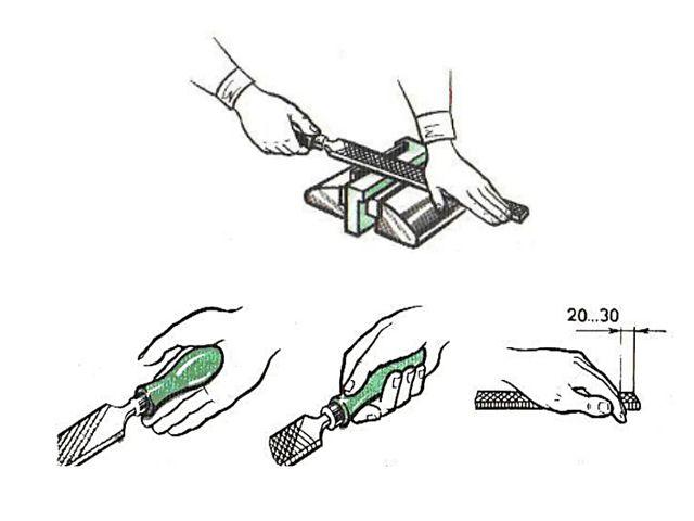 Напильник берут за ручку правой рукой и накладывают на обрабатываемую деталь....