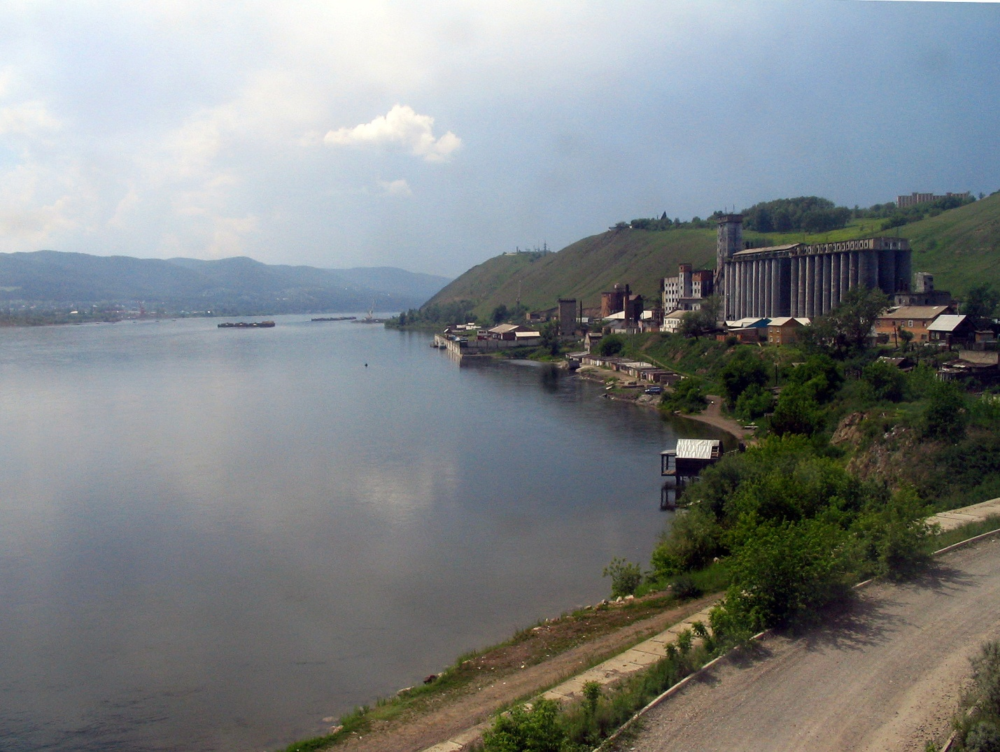https://upload.wikimedia.org/wikipedia/commons/2/26/Bank_of_Yenisei_River.jpg