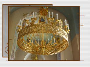 В храме имеется еще и канунник, или канун, с изображением распятия и рядами п
