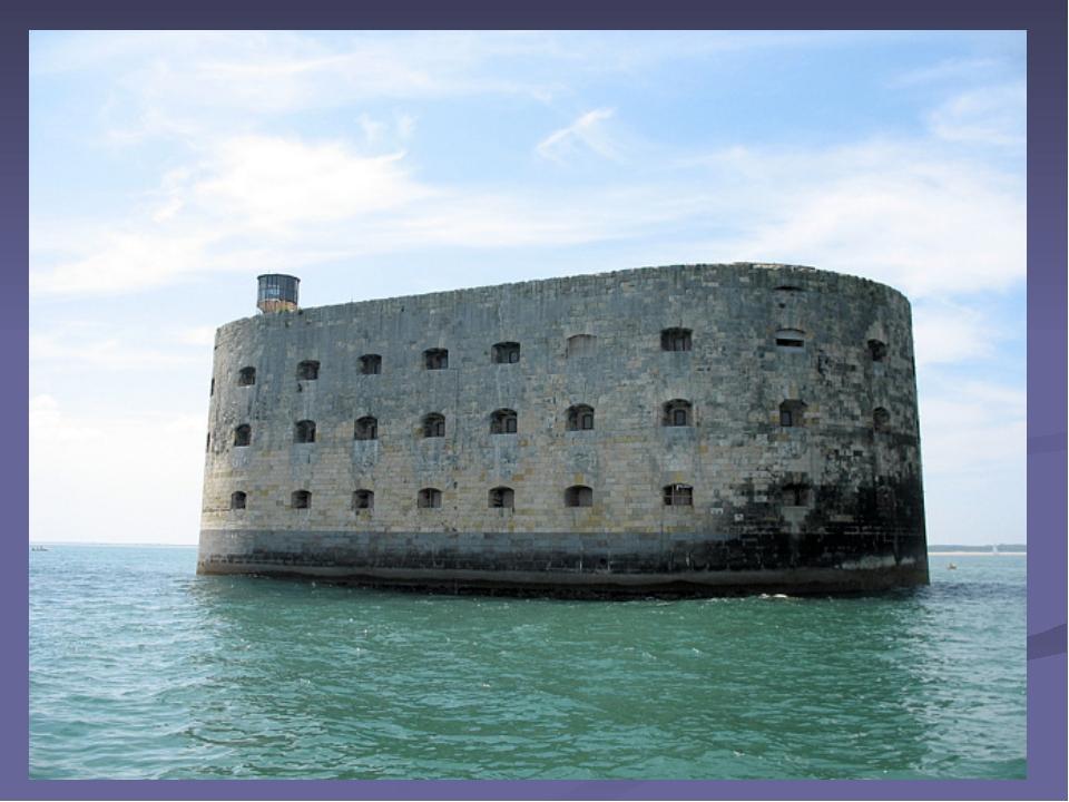 Крепость на этом искусственном острове быстро утратила свое военное и страте...