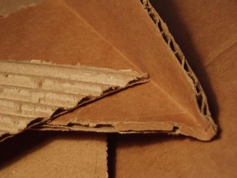 https://upload.wikimedia.org/wikipedia/commons/thumb/b/b6/Corrugated_Cardboard.JPG/800px-Corrugated_Cardboard.JPG