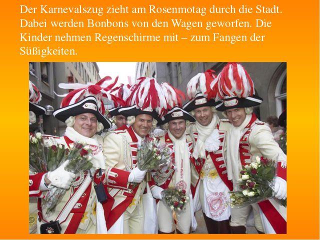 Der Karnevalszug zieht am Rosenmotag durch die Stadt. Dabei werden Bonbons vo...