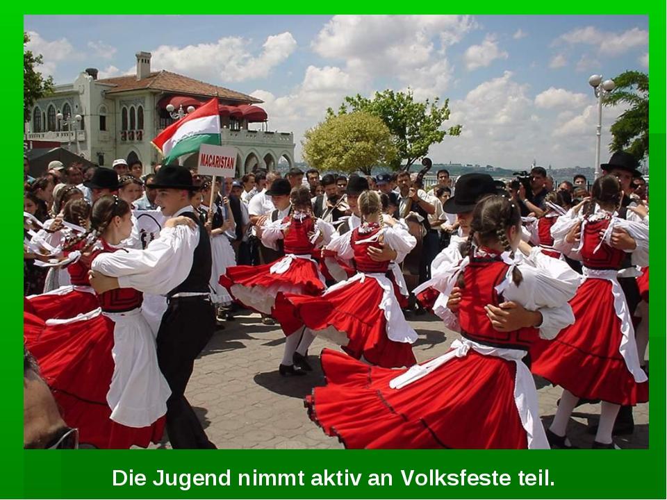 Die Jugend nimmt aktiv an Volksfeste teil.