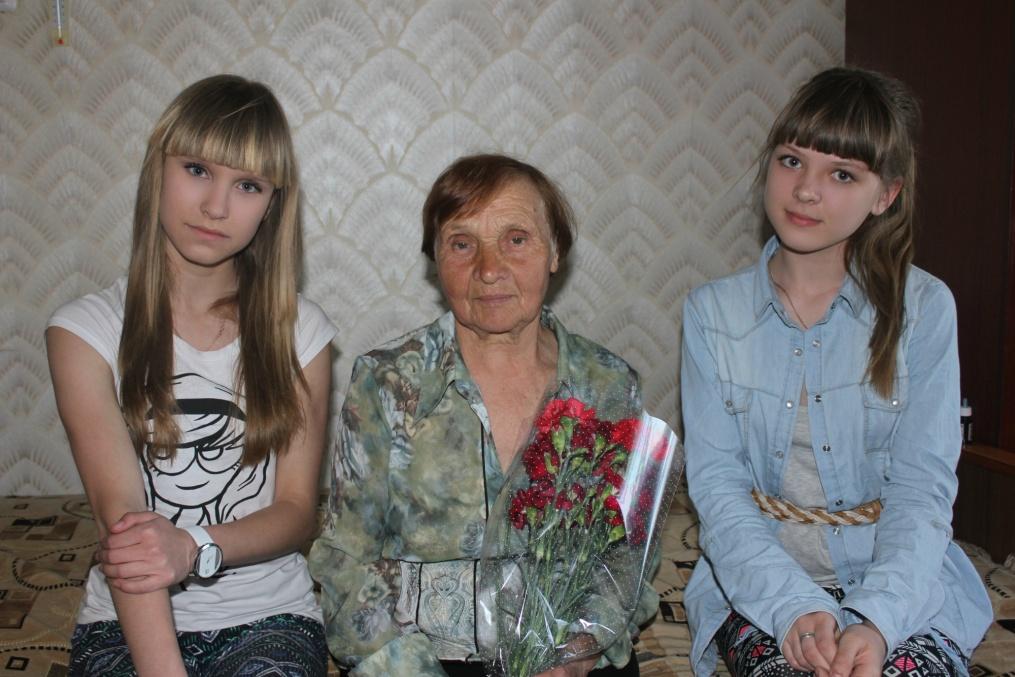 E:\Герасимова К и Кочерова А с ветераном Клычниковой А.П..jpg
