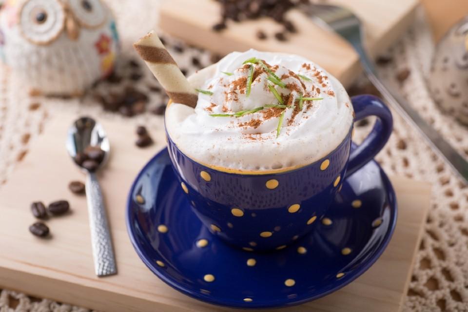 http://picsfab.com/download/image/83208/960x640_kapuchino-kofe-slivki-pena-shokolad-napitok-trubochka.jpg