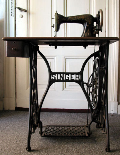 https://upload.wikimedia.org/wikipedia/commons/7/79/Singer_sewing_machine_table.jpg