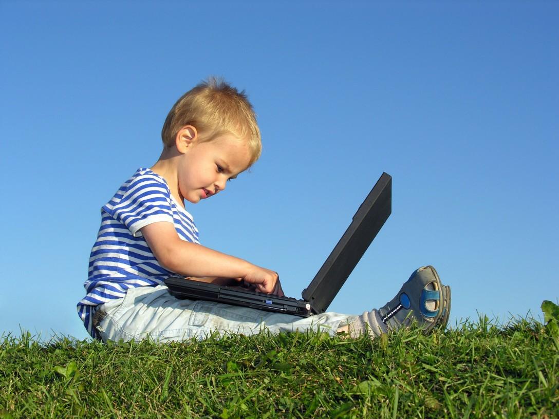http://4.bp.blogspot.com/_ViCkRqdbdYY/TIu9j2ZznlI/AAAAAAAAAOY/838nl9P9mu4/s1600/child_with_computer.jpg