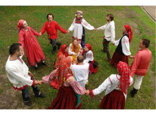 В селе, где жил С. Есенин весело отмечали праздники, водили хороводы, затевал