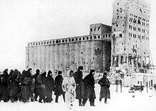https://upload.wikimedia.org/wikipedia/commons/thumb/8/88/German_pows_stalingrad_1943.jpg/220px-German_pows_stalingrad_1943.jpg