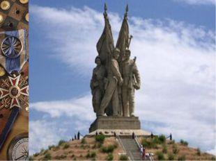В 1953 году Евгений Вучетич устанавливает монумент «Соединение фронтов» в