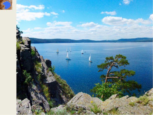 Часть берега озера занимают пляжи и базы отдыха, часть берега — заповедная зо...