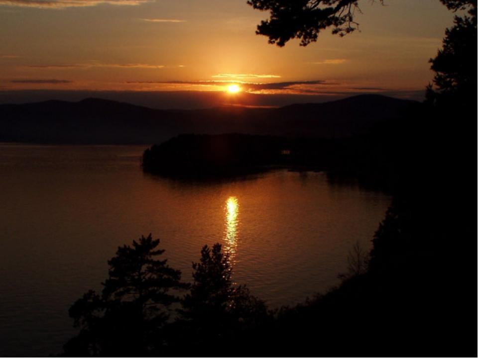 Озеро такое чистое, что кажется, будто небо опрокинулось вниз. Вода возере ц...