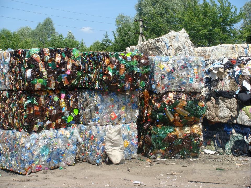 Переработка пластика состоит из нескольких этапов: сбор, сортировка (по цвету...