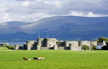 Замок Бомарис на острове Англси у северо-западного побережья Уэльса. Замок возведен мастером Жаком де Сен-Жоржем из Савойи по приказу английского короля Эдуарда I (1239 – 1307) в 1295 — 1330 в период завоевания Уэльса