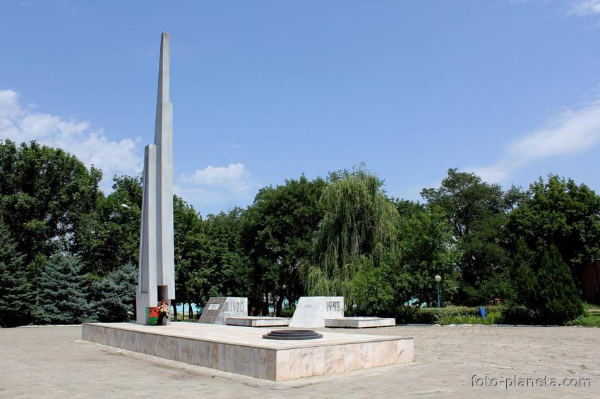 Мемориал павшим и братское захоронение воинов, павших при освобождении города Константиновска в январе 1943 года..jpg