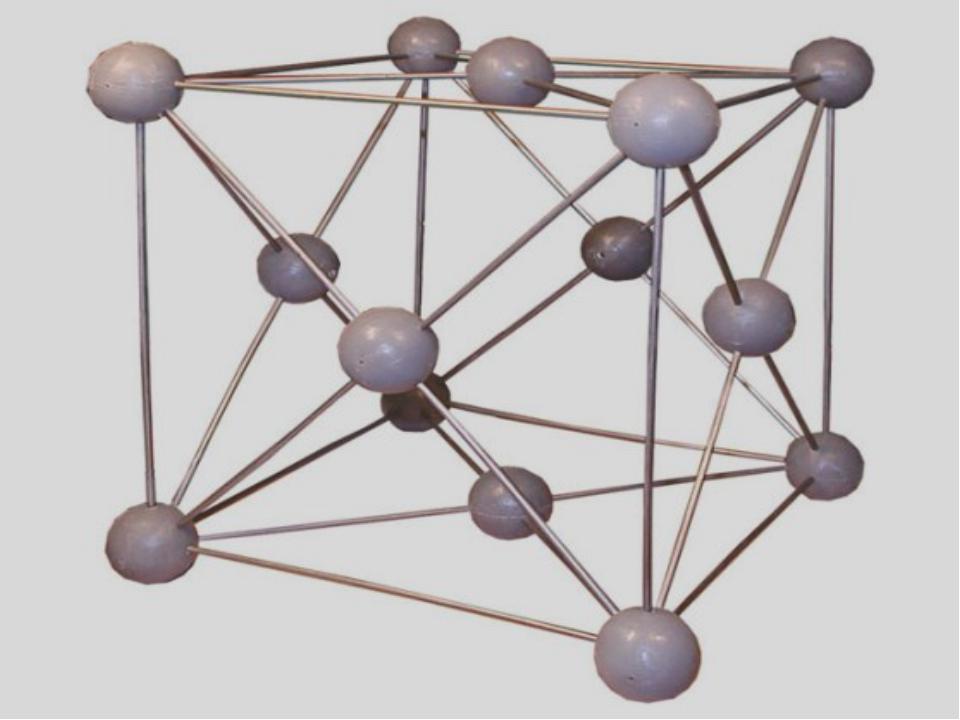 В кристаллах все атомы расположены так, что бы из них образовывалась трехмерн...