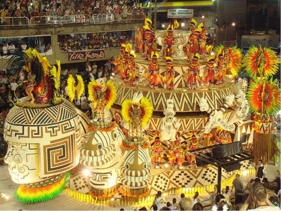 Кульминация карнавала наступает в воскресенье и понедельник, когда проходят ш...