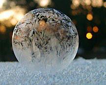Мыльные пузыри на снегу