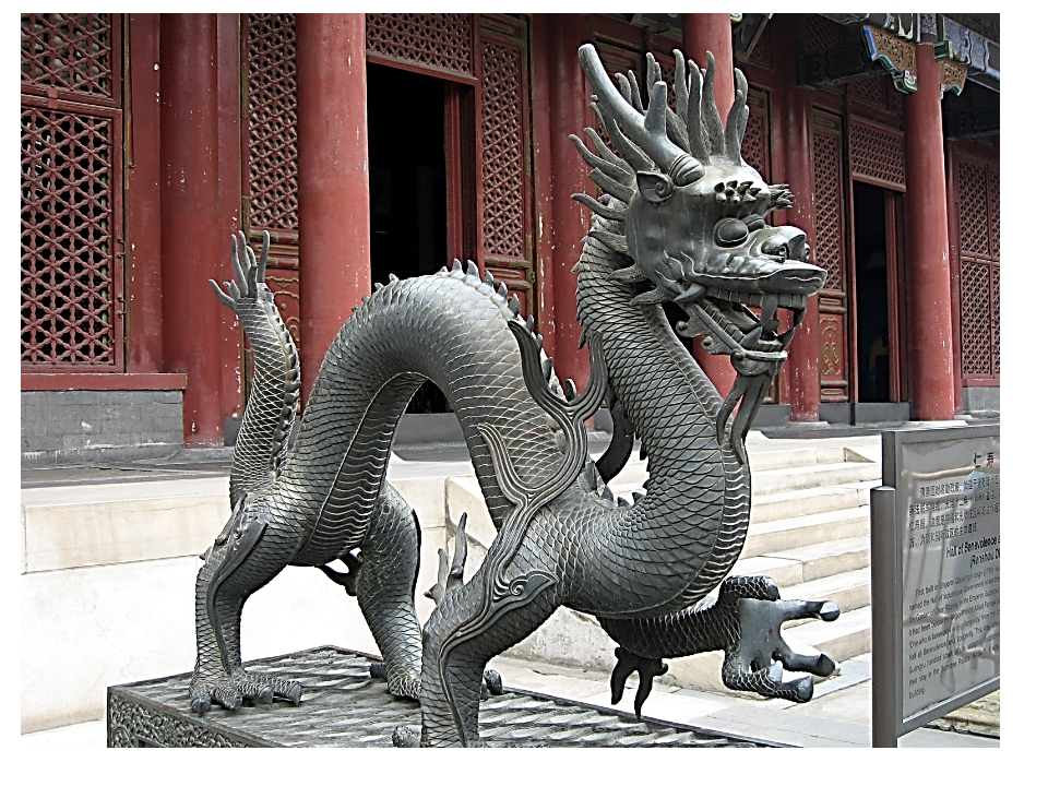 В китайских сказках змей является символом добра и счастья.