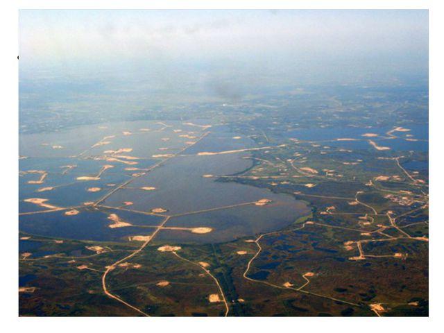 Озеро Самотлор, расположенное на востокеХанты-Мансийского автономного округ...