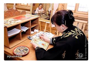 Мастер пишет красками сразу по чистой доске или по фону, легко и уверенно нан