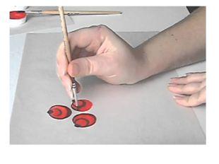 Затем, работая мелкими кистями, он усложняет форму цветка, делает сердцевинк