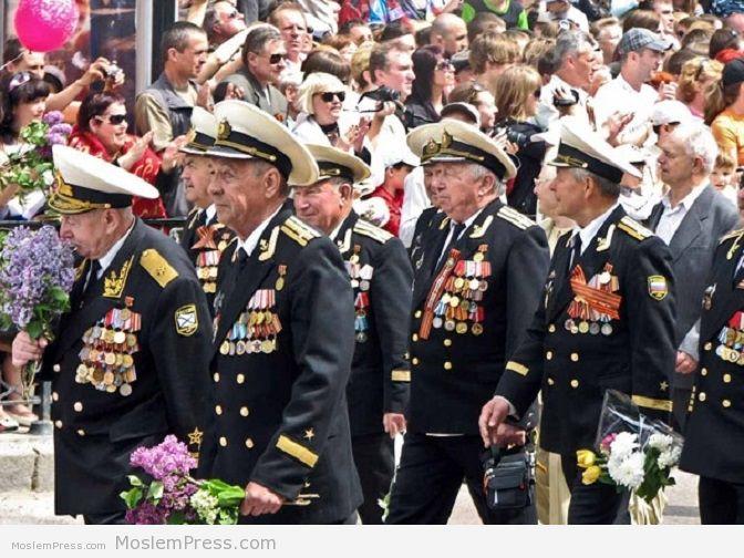 http://www.qirimbirligi.ru/assets/images/maj/parad-veterany.jpg
