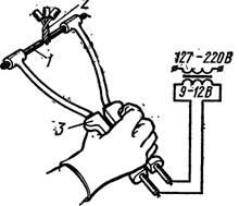 Соединение алюминиевых жил в клещах с двумя угольными электродами