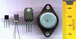 Транзисторы, в качестве миниатюрной и более эффективной замены электровакуумным лампам, совершили революцию в вычислительной технике.