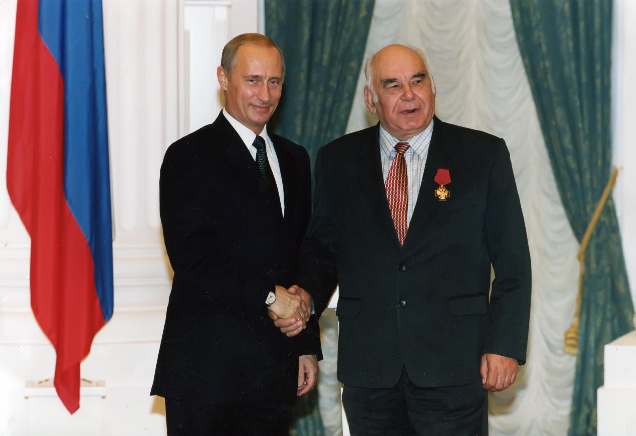 http://zapovednik-vrn.ru/images/cms/data/gallery/photo-gallery/peskov-vasilij-mihajlovich/2003-10-10_ceremoniya_vrucheniya_gos_nagrad_rf_v_kremle_ekaterinskij_zal.jpg