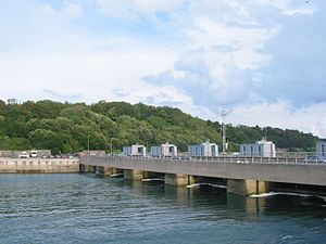 https://upload.wikimedia.org/wikipedia/commons/thumb/6/63/Rance_tidal_power_plant.JPG/300px-Rance_tidal_power_plant.JPG