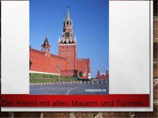 Der Kreml mit alten Mauern und Türmen