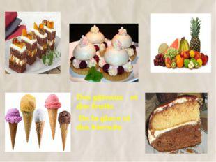 Des gâteaux et des fruits De la glace et des biscuits 