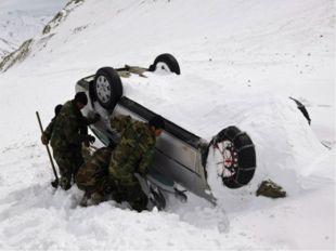 Большинство жертв схода лавин погибает очень скоро, так как снежная стена, мч