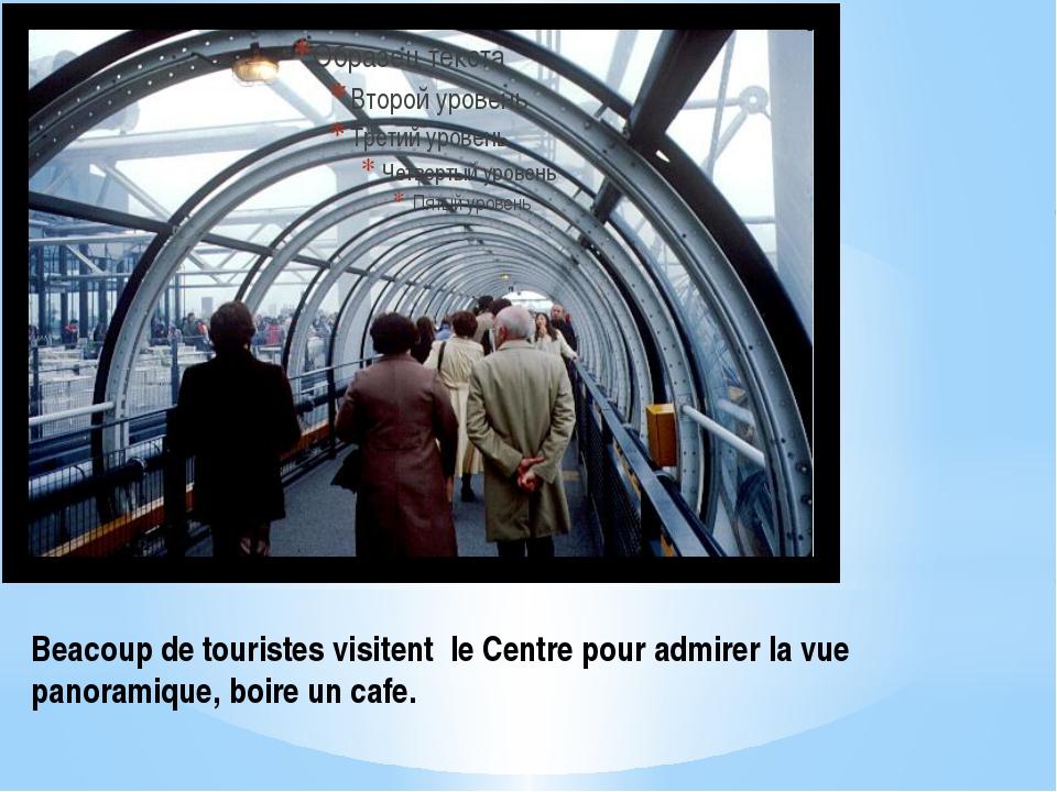 Beacoup de touristes visitent le Centre pour admirer la vue panoramique, boir...