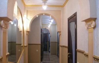 Стены в комнате, оформленные жидкими обоями