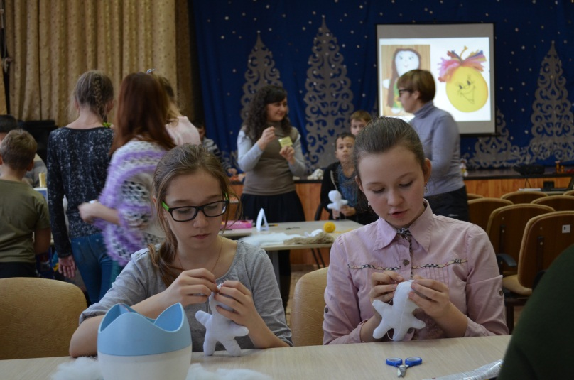 F:\ЖУРНАЛ ДОП.ОБРАЗОВАНИЕ\Девочки объединения Грация Комелева Алина и Тимофеева Виолетта изготавливают тряпичную куклу.JPG