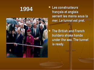 1994 Les constructeurs français et anglais serrent les mains sous la mer. Le