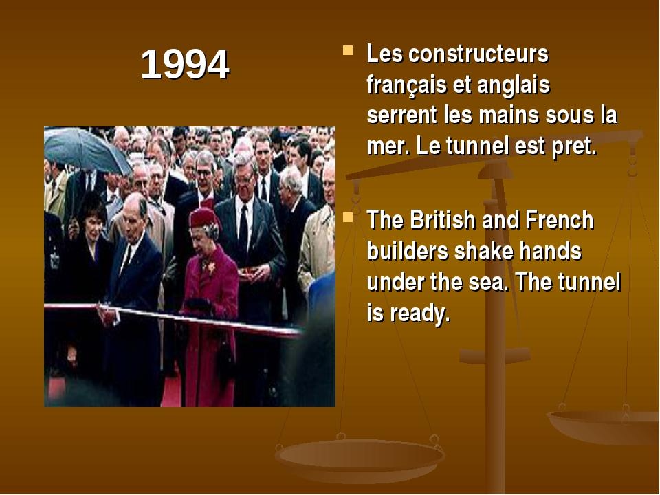 1994 Les constructeurs français et anglais serrent les mains sous la mer. Le...