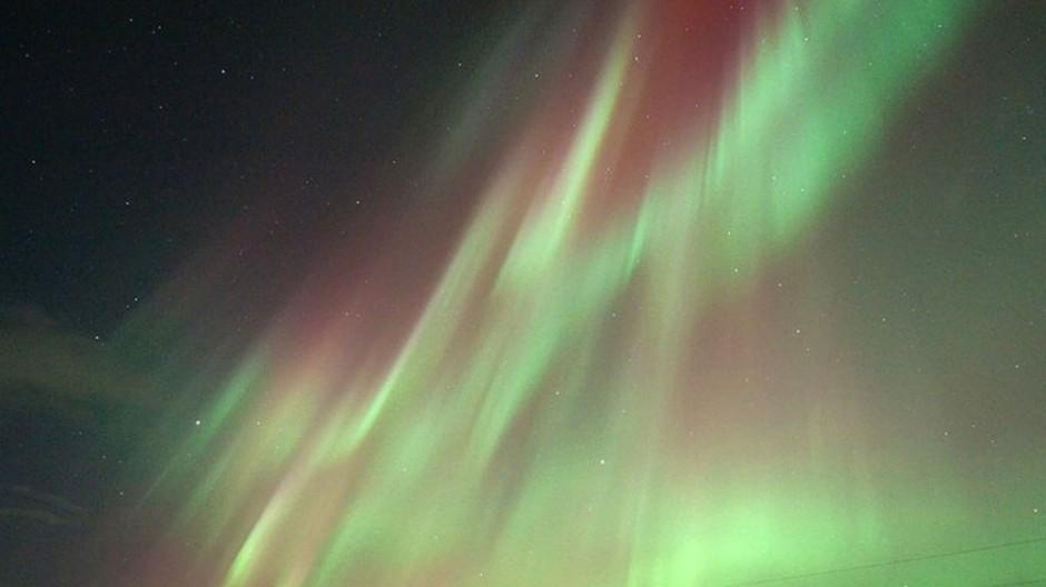 Жители средней полосы России увидели северное сияние .