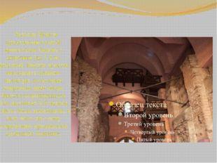 Золотые Ворота представляют собой крепостную башню с широким (до 7,5 м) прое