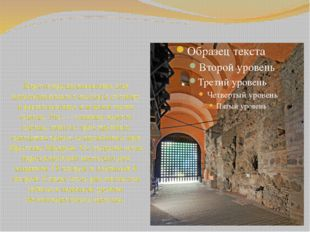 Ворота предназначались для церемониального въезда в столицу и располагались в